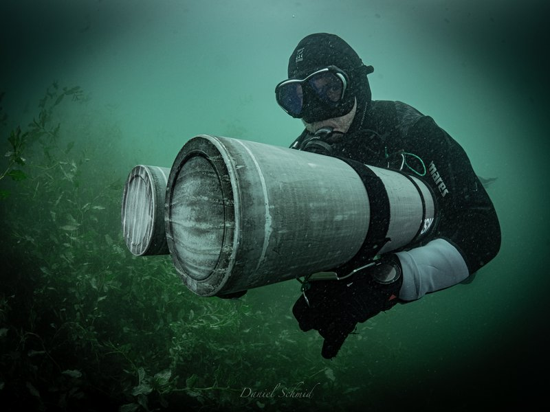 Taucher in Sidemount Konfiguration im SeeDivers in sidemount configuration in the lake