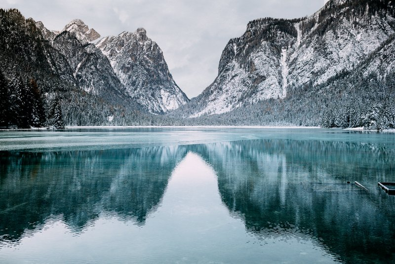 Lake, mountains and winter atmosphere